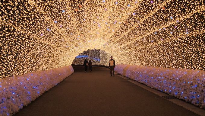 Every winter, a magical light show takes place with over 7 million LED lights illuminating an arboretum with endless tunnels in a place called Nabana No Sato.  Located in a small town called Kuwana City in the Mie Prefecture, three hours south of Tokyo, Nabana No Sato attracts many visitors from near and far. This is an amazing sight not far from Nagoya.