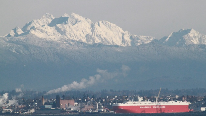 Gorgeous mountain range behind the city of Everett.
