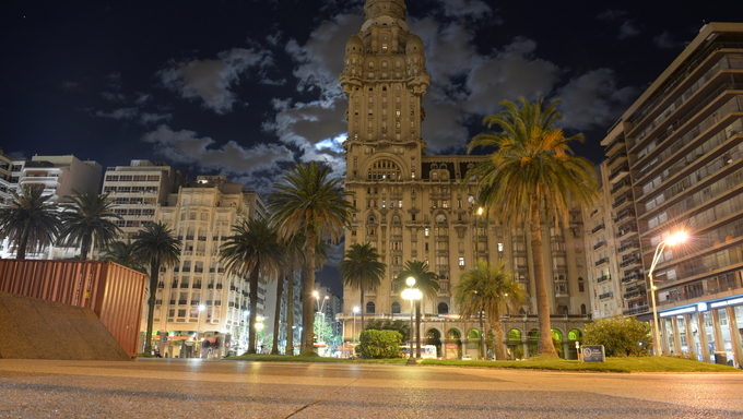 Plaza Independencia in Montevideo at night.