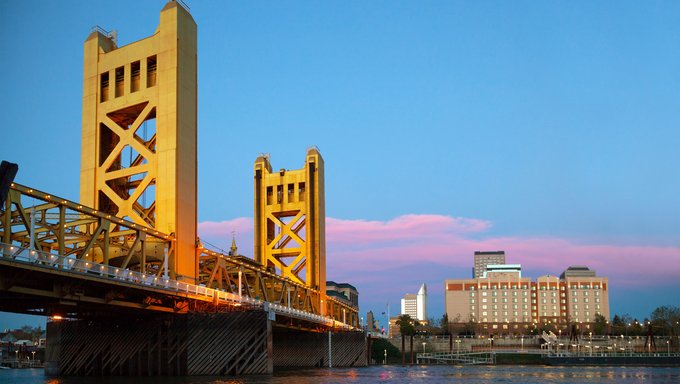 Golden Gates drawbridge in Sacramento in the night time.