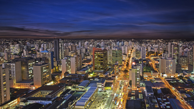 A picture of Campinas at night.